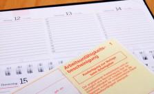 Das Arbeitsrecht regelt auch, was passiert, wenn sich der Mitarbeiter krank meldet.