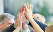 Team-Spirit kann gegen Burn-out helfen - und das ist gut fuers Unternehmen.